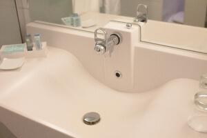 白の洗面台と鏡