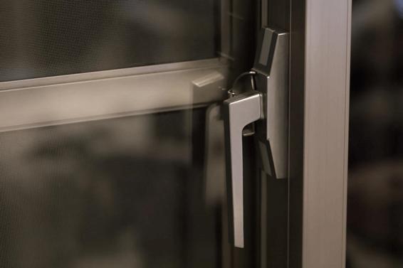 女性の一人暮らし防犯のドア鍵