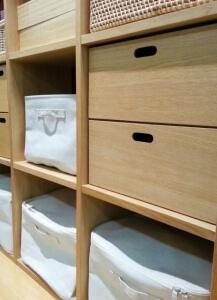 木の棚と白い箱4つ