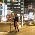 深夜一人歩きの女性