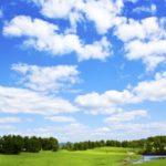 青空に白い雲と緑の草原と木々
