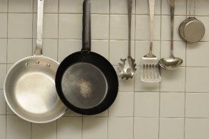 2つのフライパンと料理器具