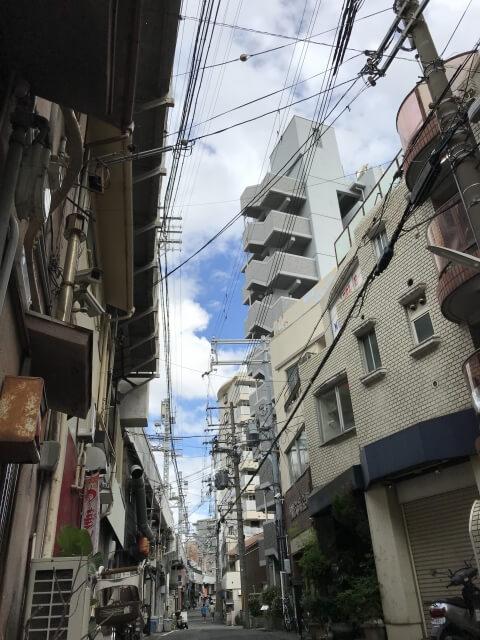 高架道と向かいの賃貸マンション