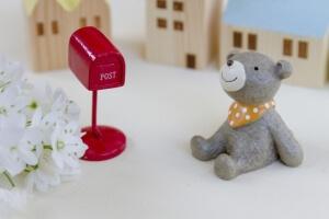 赤い郵便ポストとクマ