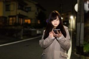 深夜携帯でながら歩きする女性