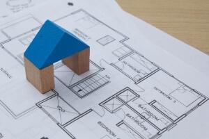 設計図と青い屋根の家