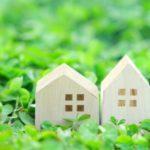 緑に囲まれた白い家