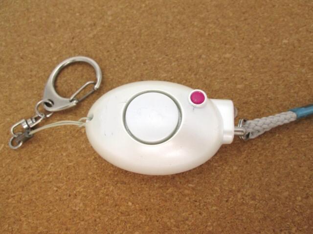白のピンクボタンの防犯ブザー