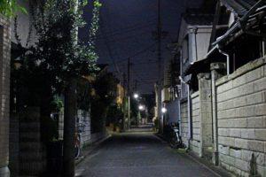 深夜で人影のない夜道