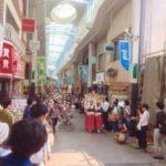 高円寺パル商店街で阿波踊りを見る人々