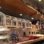 棚に白い箱が並び中はお菓子が詰まっている