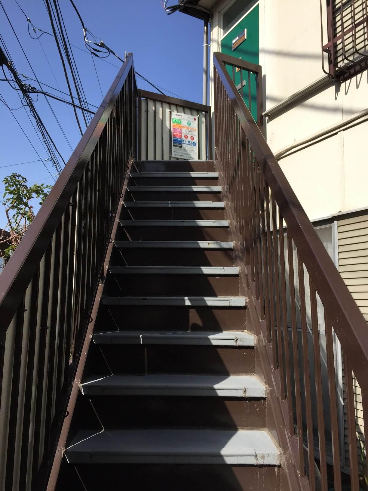 屋根のない茶色の階段