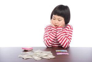 お金の計算をする子供
