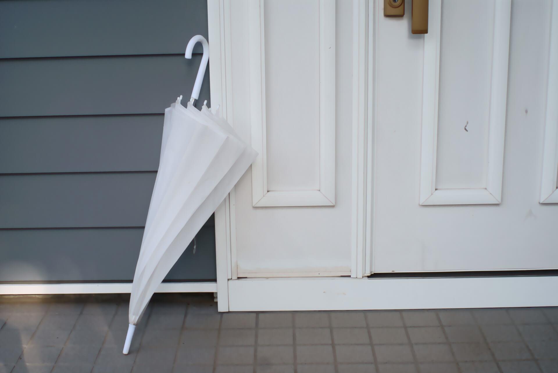 一人暮らしの玄関に置いてある傘