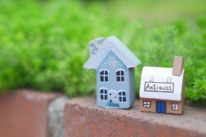 レンガの上に煙突のある青家としろやねと茶色壁の家