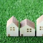 緑の草と3件の家