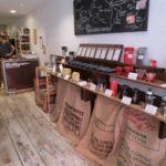 高円寺のカフェコーヒー店内とコーヒー豆の袋3つ