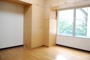 賃貸物件日があたるお部屋と茶色の収納