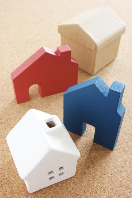 茶色と赤と青と白の家