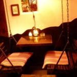 鎖ブランコ2つとテーブルと絵画
