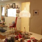 白の電気と赤と白の椅子と絵画と2つ窓