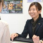 女性を接客するキーボードをもっている黒い服の女性