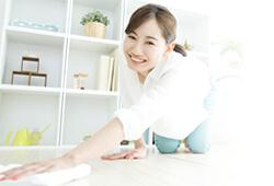 テーブルを綺麗に拭く女性