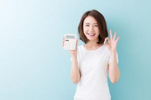電卓で初期費用を計算する女性