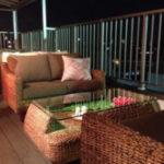 夜のオープンテラスにある茶色のテーブルとソファ