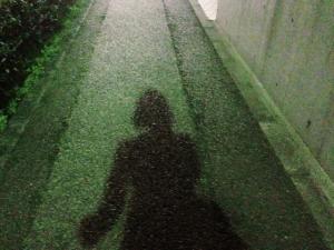 夜道を歩く女性