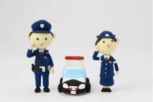 犯罪をパトロールする警察官