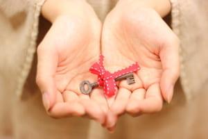 賃貸物件と鍵と女性