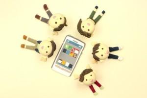 携帯電話を利用する写真