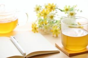 黄色の花とハーブティとノート