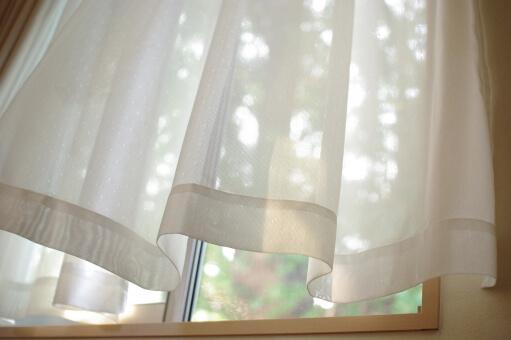 開けたままの窓とカーテン